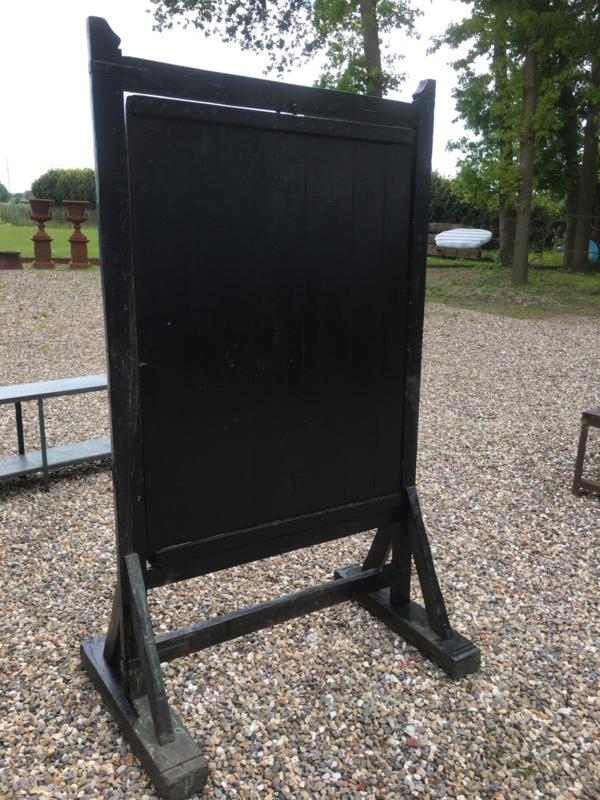 Gaaf origineel groot  houten schoolbord krijtbord op voet staand reclamebord uitzetbord straatbord hardhout zwart kamerscherm roomdivider bord scherm paneel landelijk industrieel vintage