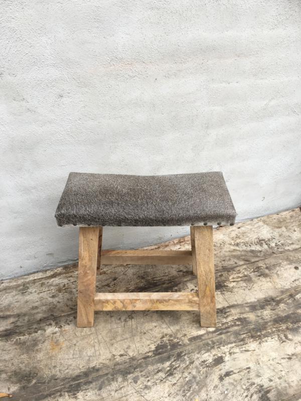Stoere houten kruk met grijs grijze leren leer huid koeienhuid zitting landelijk vacht