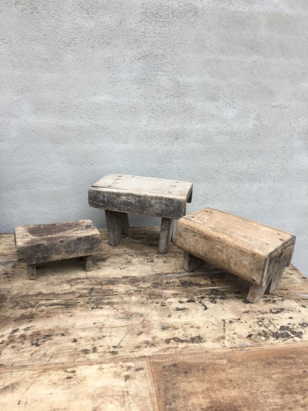 Verrassend Oude vergrijsd houten voetenbankje opstapje krukje vensterbankje HD-66