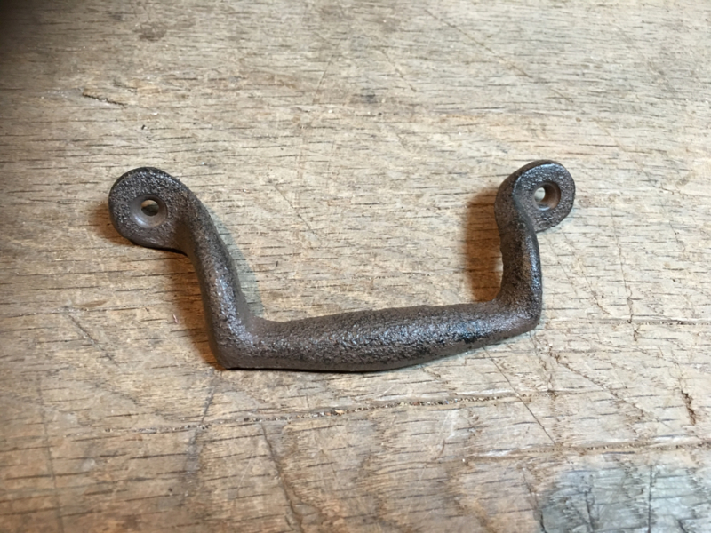 Gietijzeren handgreepje greepje deurknop  handgreep handvat bruin landelijk boerengreepje