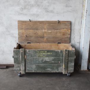 Wonderbaar Oude houten kist legerkist tafel salontafel op wielen wieltjes EI-21