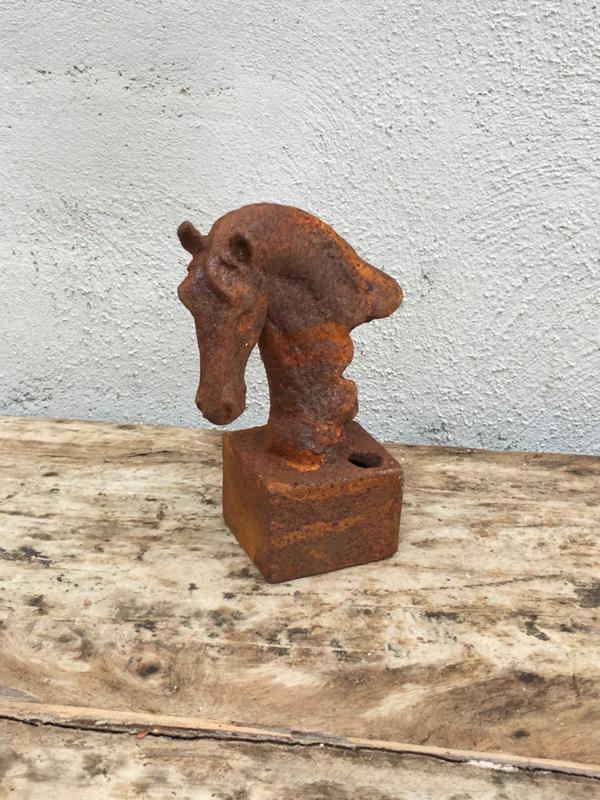 Klein gietijzeren paardekopje paardje paard horse penhouder pennenbakje paardehoofd paardehoofje metaal beeldje ornament roest landelijk