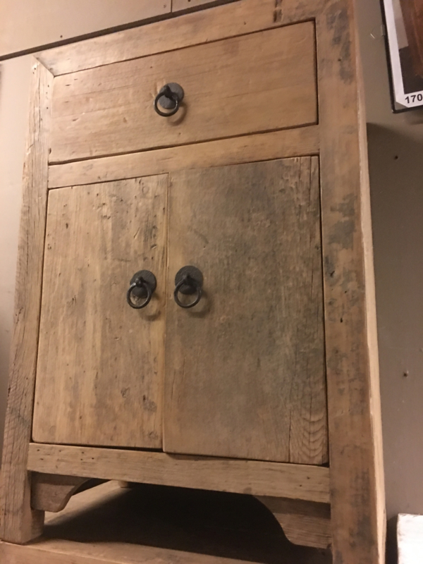 Stoer oud doorleefd vergrijsd blank houten kastje nachtkastje nachtkastjes landelijk stoer industrieel trolley vintage hout metaal