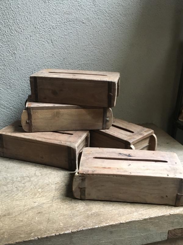Oude stoere houten tissuebox van oude baksteenmal tissues doekjes landelijk stoer industrieel vintage