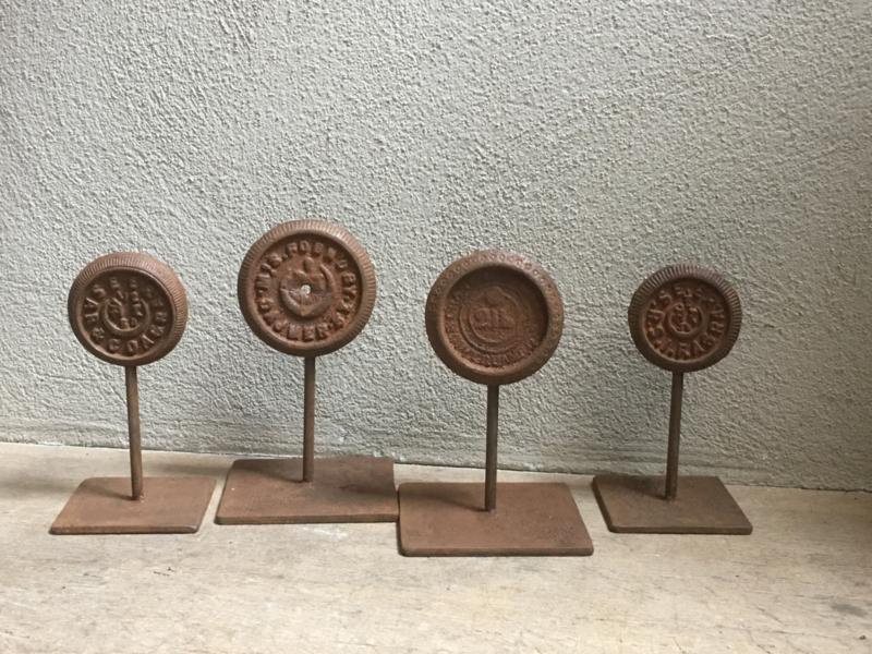 Zwaar ijzeren metalen ornament gewicht op standaard industrieel landelijk groot