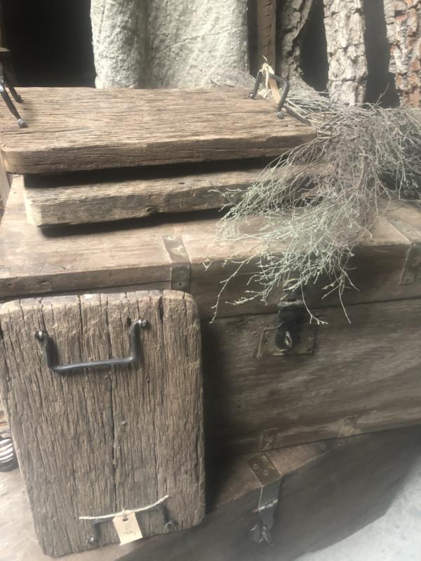 Oud vergrijsd grof Houten tray houten plank dienblad railway met metalen hengsel landelijk stoer robuust industrieel