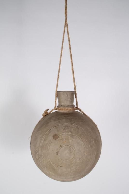 Stoere grijze stenen kleipot pot kruik waterkruik L aan grof jute touw landelijk stoer sober oud