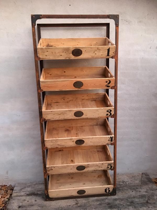 Grote metalen houten kast rek schap gruttersbak winkelkast met kistjes bakken landelijk winkelkast display industrieel