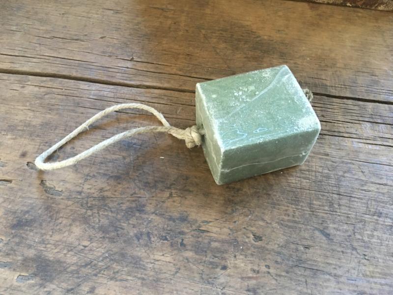 Groot blok zeep aan jute koord naturel touw groen legergroen khaki army
