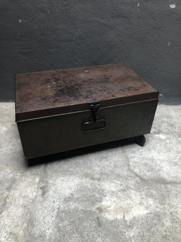 Oude metalen zwarte zwartbruine kist op wielen wieltjes tafeltje Salontafel bijzettafel lounge stoer industrieel vintage