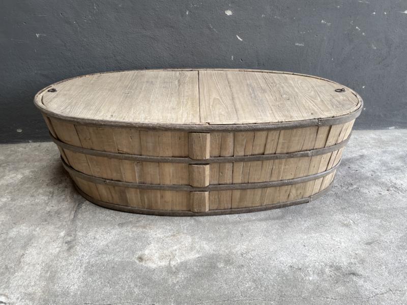 Hele gave grote oude vergrijsd houten salontafel kist dekenkist met origineel metalen beslag en kleppen deksels bak ovaal ovale vat ton landelijk stoer vat ton met deksel klep 150 x 74 x H45 cm