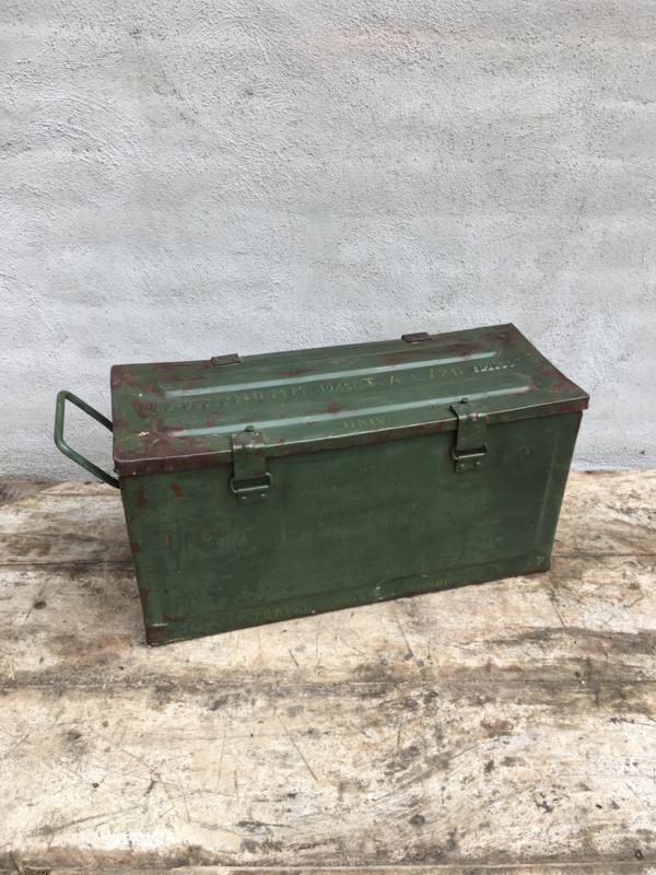 Stoer metalen mand kratje legerkratje legerkistjes army legerkistje army landelijk kistje schaal bak la lade schuifla landelijk stoer oud gereedschapskist