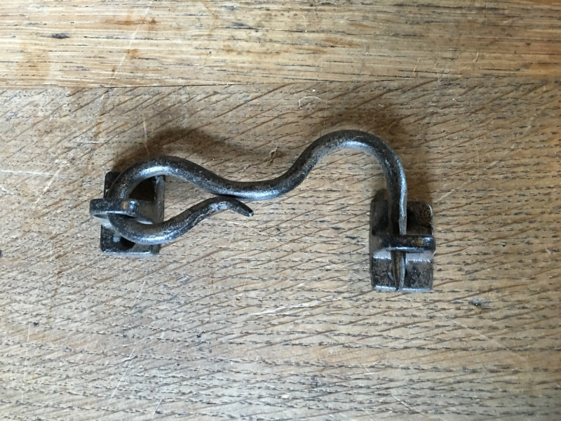 Stoer gietijzeren haakje slotje landelijk oude stijl 11,5 cm kort industrieel