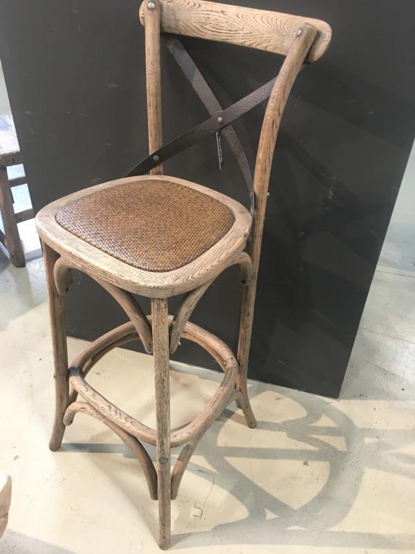 Industriele landelijke kruk barkruk bruin houten frame met rotan rieten zitting en kruisrug rugleuning met voetsteun barhoogte hoog stoer industrieel vintage metaal hout