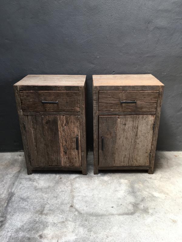 Oud vergrijsd houten Railway truckwood hoge nachtkastjes links & rechts nachtkastje 53 x37 x H83 cm landelijk vergrijsde deurtje lade laatje industrieel metalen greepje beslag