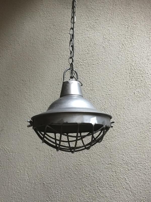Stoere industriele hanglamp S small klein lamp korf stallamp korflamp fabriekslamp industrieel grijs grijze metaal metalen landelijk zink staal metaal grijs