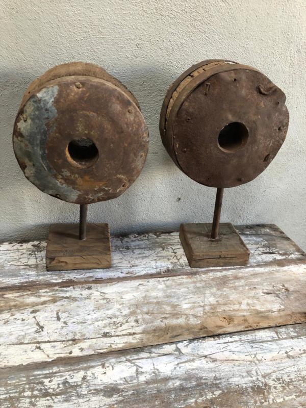 Oud metalen houten wiel op voet landelijk industrieel vintage stoer robuust grijsbruin hout metaal