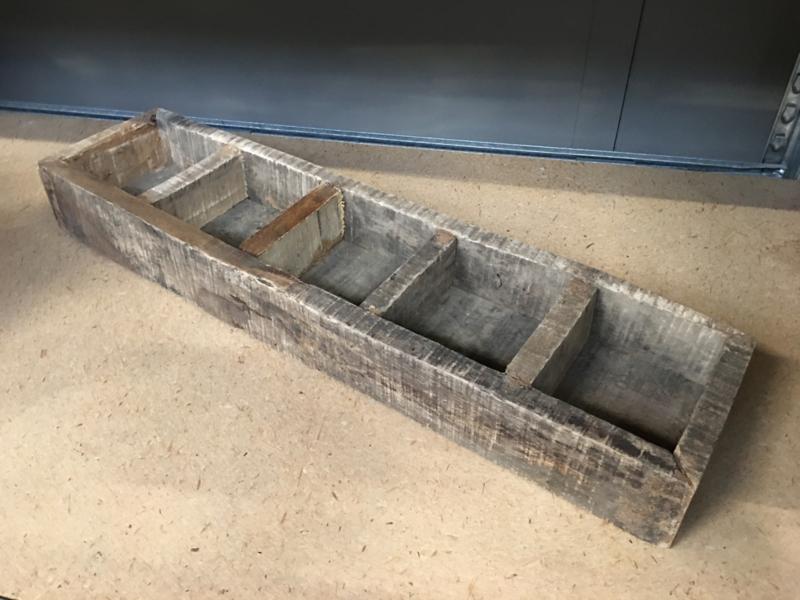 Oud vergrijsd houten gruttersbak vakkenbak bakje bak schaal theedoos kruidenbak landelijk stoer oud hout