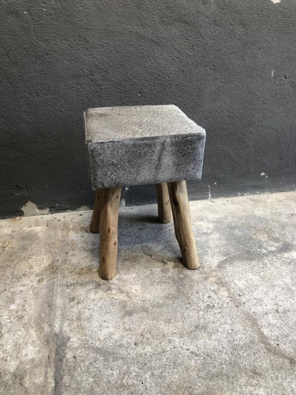 Stoere vierkante houten kruk met grijs grijze lichtgrijs leren leer huid koeienhuid zitting landelijk vacht