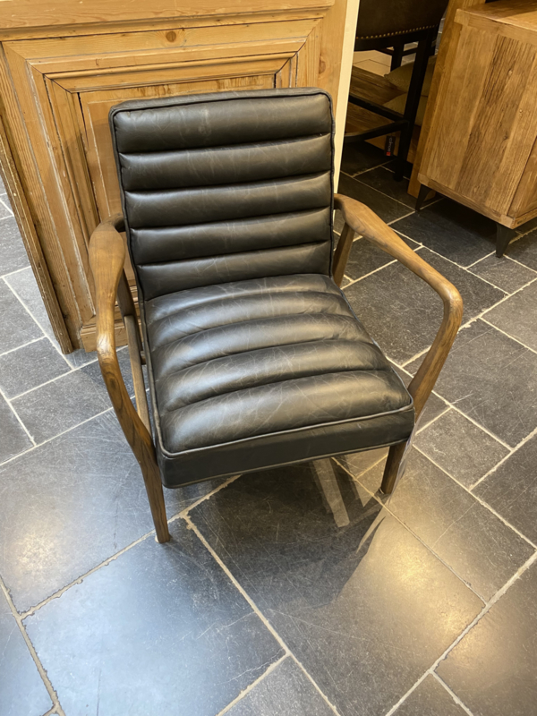 Prachtige vintage houten stoel fauteuil met zwart dik stevig leren zitting vintage landelijk stoer modern industrieel bruin cognac