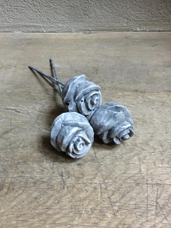 Betonnen roos roosje beton op pin bloemen beton decoratie stoer grijze landelijk stoer grijs bloem