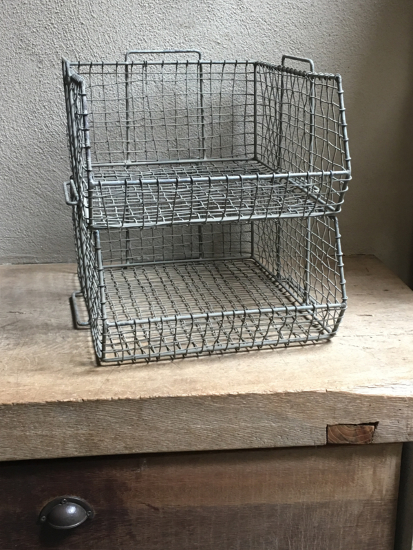 Metalen stapelbare draadmand stelling winkel schap schappen gruttersbak M rek bak tray mand mandje draadmandje Postbak postvakje industrieel landelijk Brocant