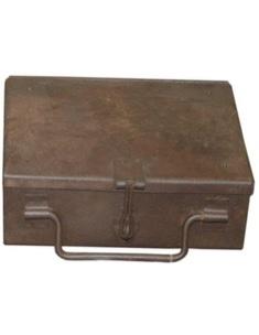 Oud metalen kistje kist landelijk industrieel roestbruin legerbox geldkist geldkistje stoer metaal ijzer robuust
