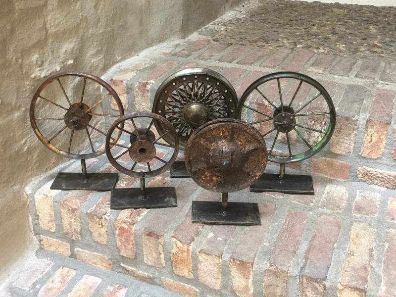 Industriele Wielen Oud.Oud Metalen Wiel Op Statief Wieltje Ornament Op Voetje Industrieel