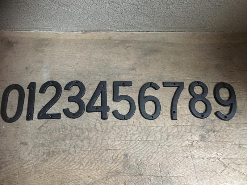 Zwart zwarte gietijzeren rechte recht cijfers nummers huisnummers huisnummer 123