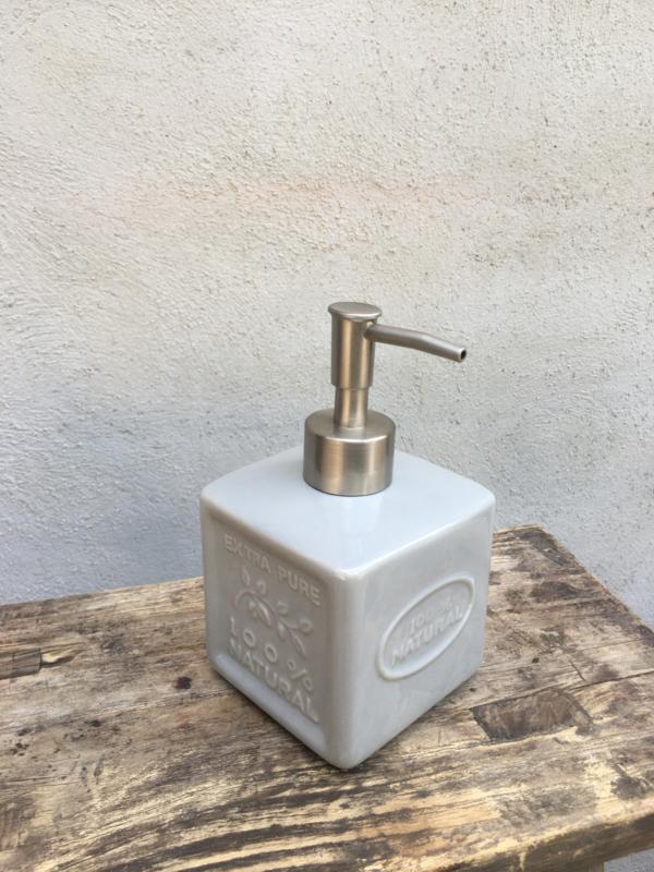 Stenen zeeppompje zeeppomp stoer landelijk Franse zeep savon Marseille grijs lichtgrijs porselein porseleinen