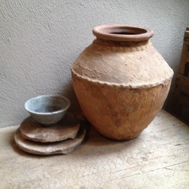 Stoere oude stenen kruik pot landelijk landelijke stijl olijfpot olijfkruik terra zand beige waterkruik