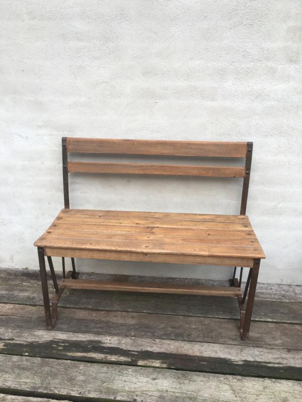 Stoere industriële landelijke schoolbankje sidetable met metalen onderstel en leuning bankje bank houten blad vintage