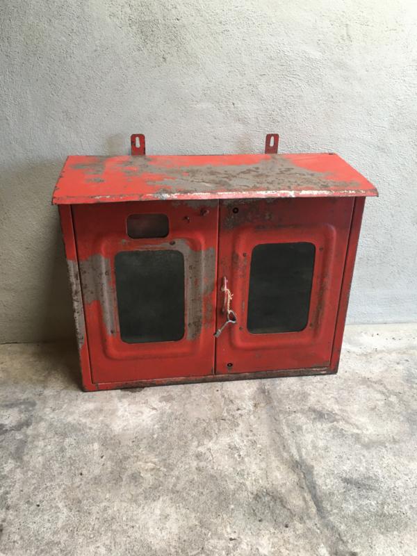 Oud metalen brandslangkast industrieel brandslang kast rood wandrek wandkast wandkastje wandkast vitrinekastje met glazen legplank vintage rood metaal
