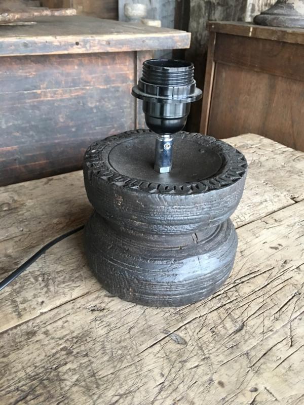Oud houten tafellamp lamp lampje lampevoet lampevoetje hout landelijk vintage
