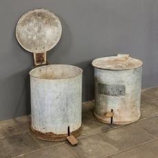 Oude metalen prullenbak vuilnisbak landelijk industrieel stoer urban