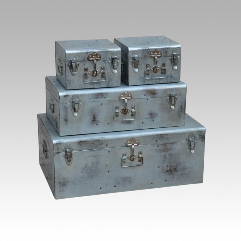 Metalen koffer kist luitcase metaal ijzer industrieel vintage landelijk groot large kistje