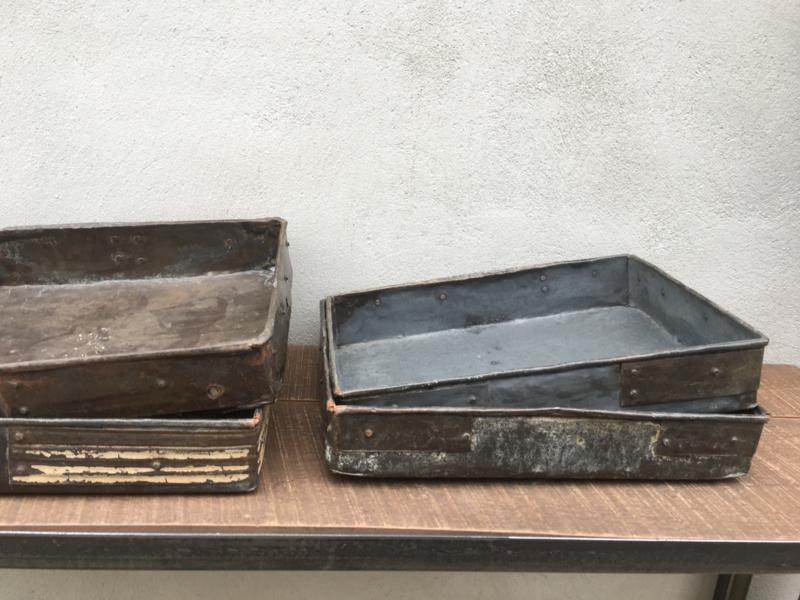 Heel stoer oud metalen dienblad tray schaal bak metaal zink roest grijs landelijk industrieel