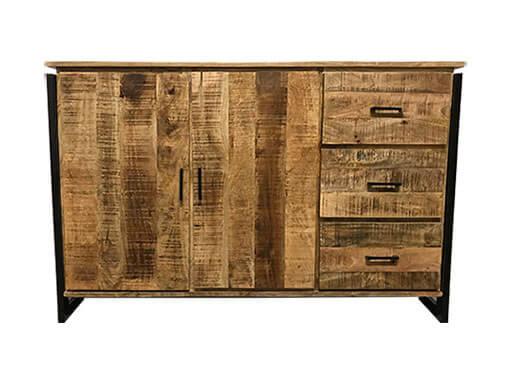 Houten kast met ijzeren details en twee deuren en drie lades.