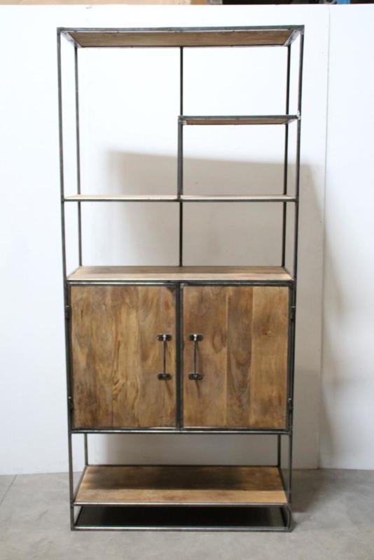 Stoere hoge brede metalen kast met 2 deurtjes verspringende vakken industrieel oude houten kast landelijk robuust boekenkast schap rek grof stoer hout