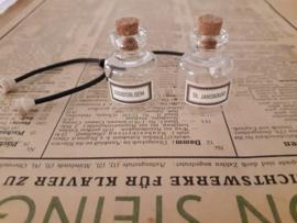 2 glazen kruidenpotten SINT.JANSKRUID & GOUDSBLOEM