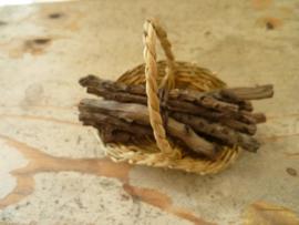 mand met sprokkelhout