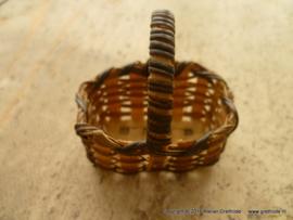 rieten mandje met hengsel (4 x 2,5 cm)