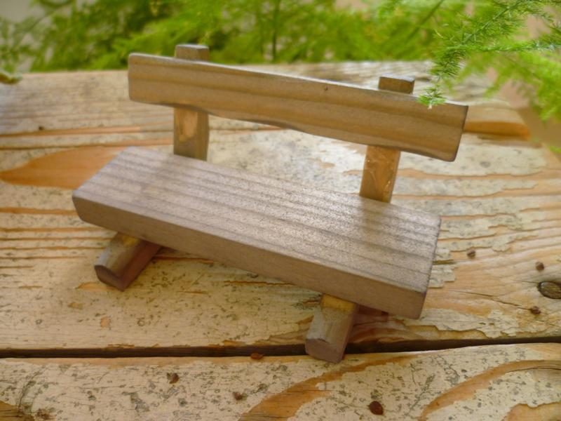 bankje van verweerd hout