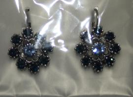 Zilverkleurige oorbellen met blauwe strassteentjes