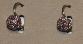 Zilverkleurige oorbellen met roze strassteentjes