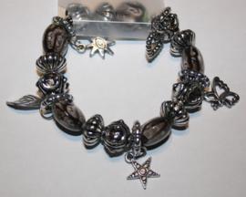Grijsbruine armband met bedels