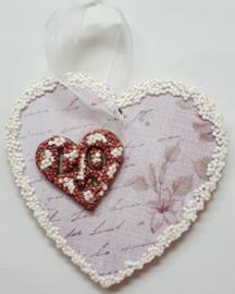 Hangend houten hart 7,4 x 7 cm bewerkt met papier en foam clay
