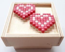 Houten doosje met opstaande rand en 2 roze hartjes op de deksel