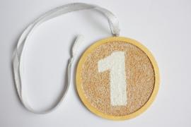 Triplex lijst rond bewerkt als medaille met lint Ø 11,5 cm dikte 8 mm