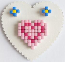 Zelfgemaakte houten hart met Pixelhobby hartje magneet 5,1 x 5,1 cm